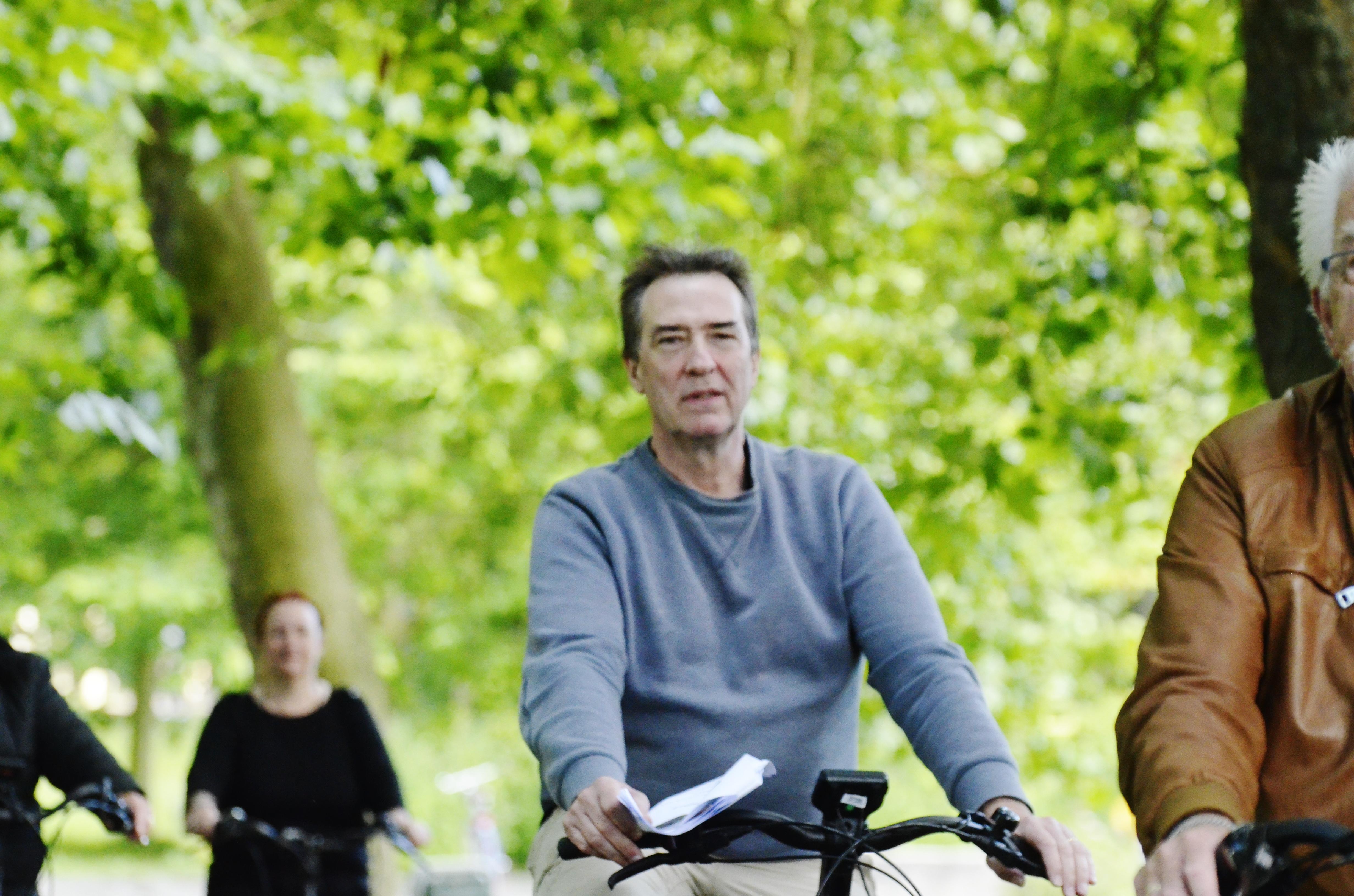 Onze koorleider zit voor 't eerst van z'n leven op 'n e-bike…